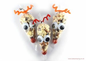 easy-reindeer-snack-bags-a-fun-christmas-party-food-idea-for-kids-from-eats-amazing